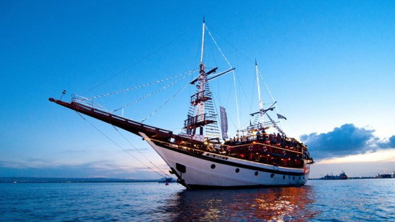 Dinner Pirate Cruice Bali